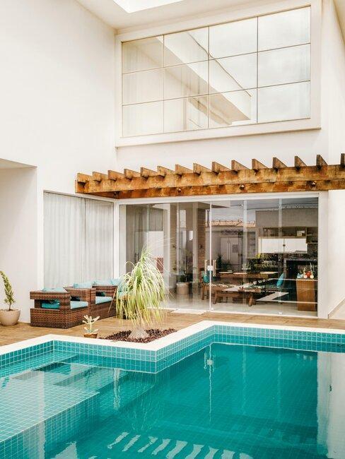 casa blanca con piscina y pérgola de madera