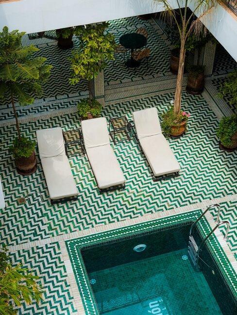patio con piscina baldosas verdes