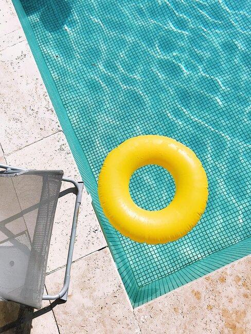 piscna y flotador amarillo