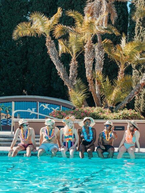 gente en la piscina de fiesta