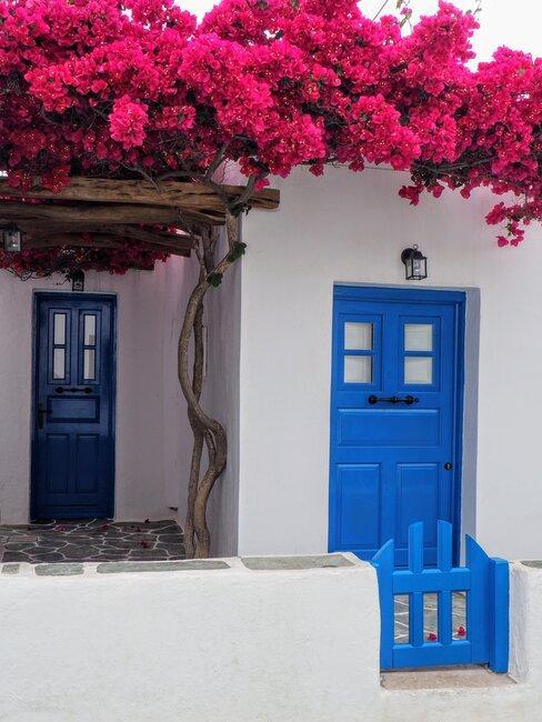 Casa blanca con puertas azules