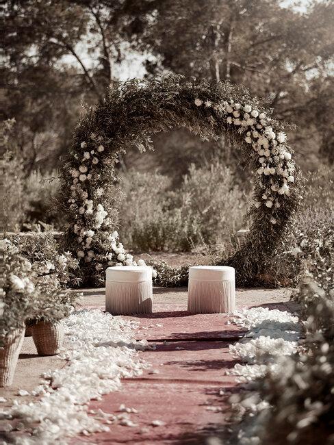 Altar con flores blancas boda boho