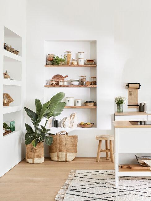 Cocina blanca con cestas yute