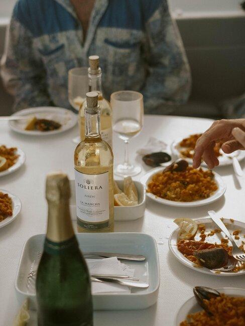 cena con amigos vino y paella