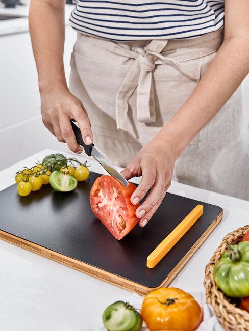 cortar tomates ensalada