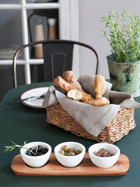 pan y cuencos con alimentos