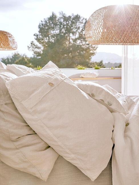 almohadas blancas
