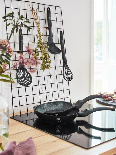 Sartenes y accesorios de cocina en negro
