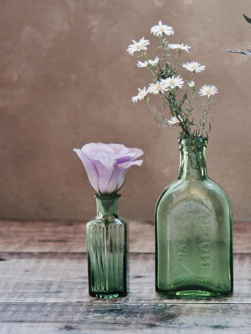 botellas de cristal con flores