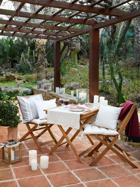 patio con mesa madera