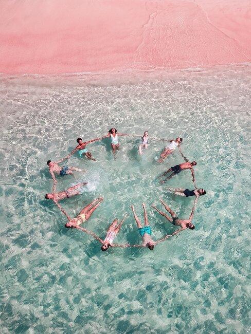 personas en circulo nadando