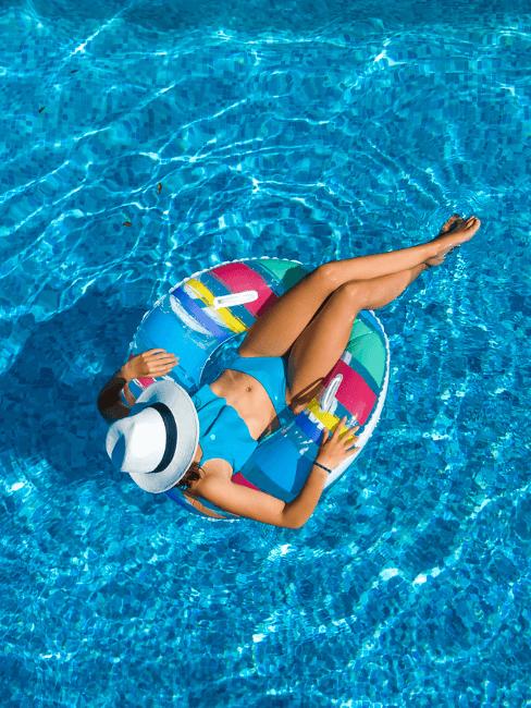 Mujer tomando el sol en la piscina