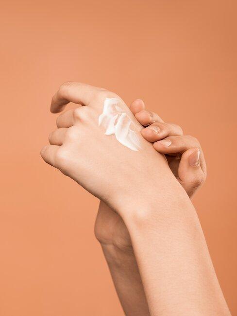 manos con locion