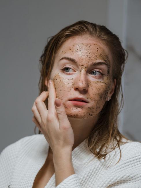 Mujer aplicando scrub