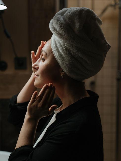 mujer tocando su rostro