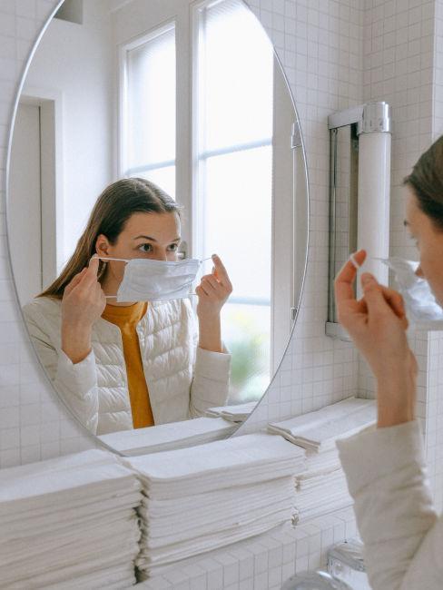 mujer colocando mascarilla