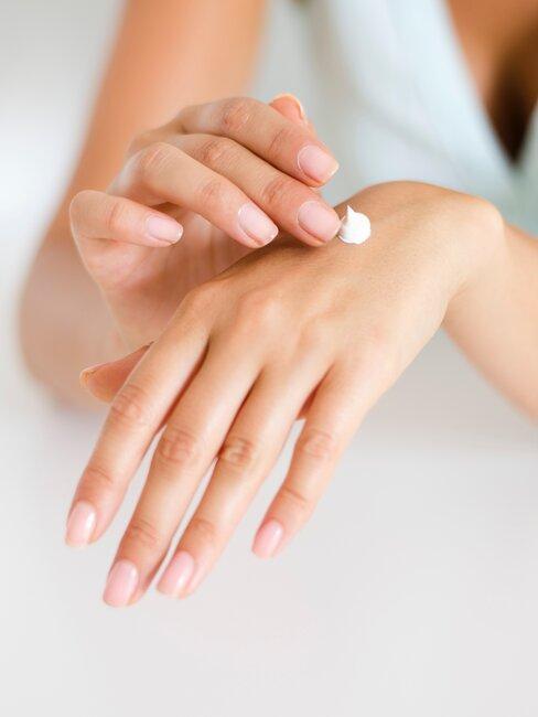 manos aplicando protector solar