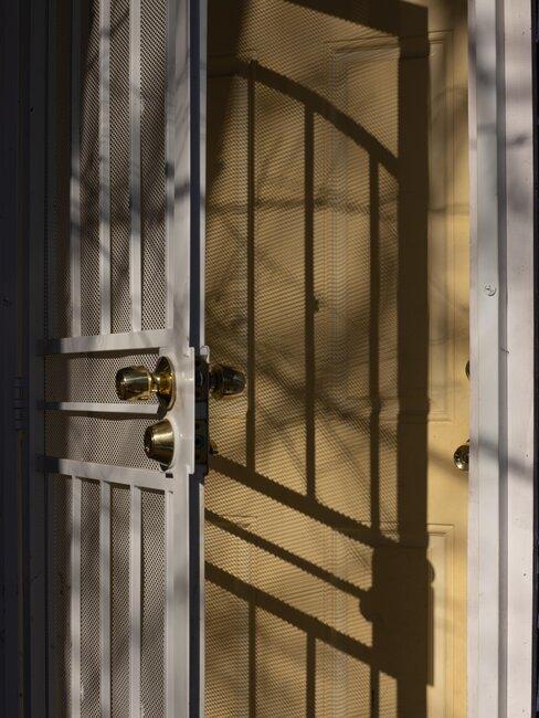 doble puerta de metal