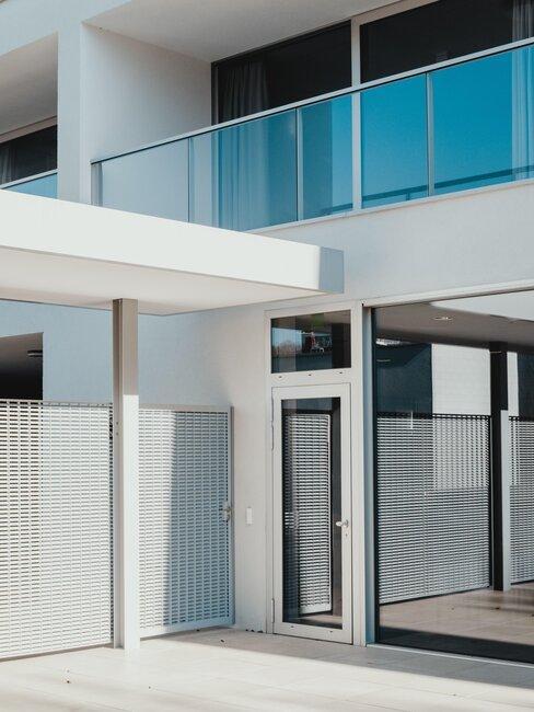 puerta de metal moderna