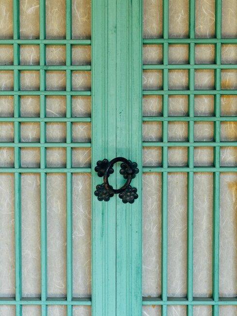puerta de hierro verde