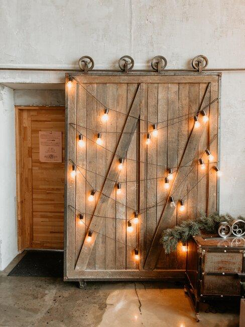 puerta de madero rústica con luces