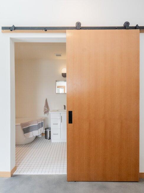 puerta de granero de madera baño