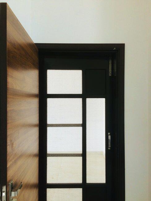 puerta de aluminio con rejilla