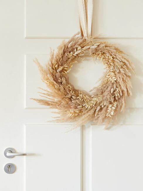 corona de hierba de la pampa en puerta