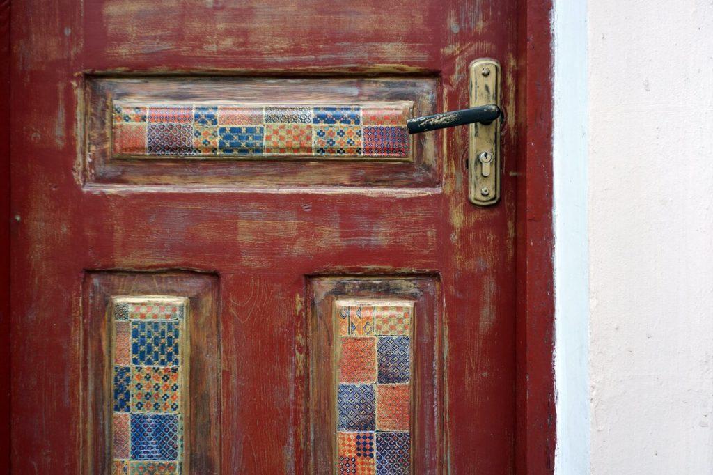 puerta con colores
