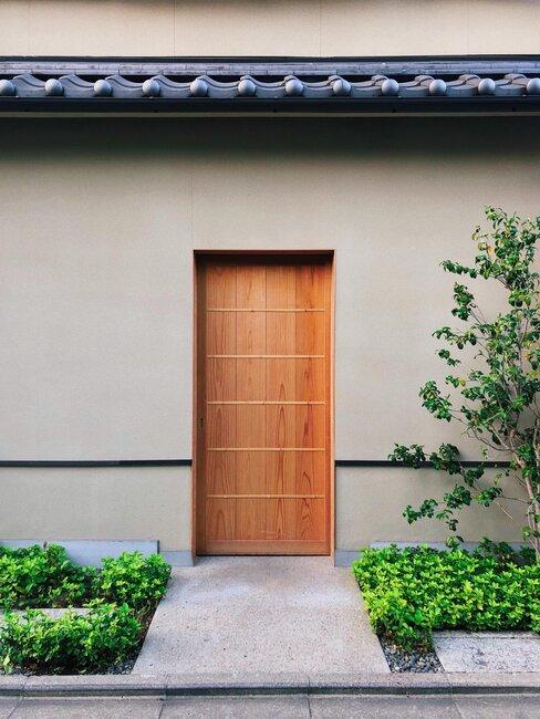 puerta de entrada de madera moderna