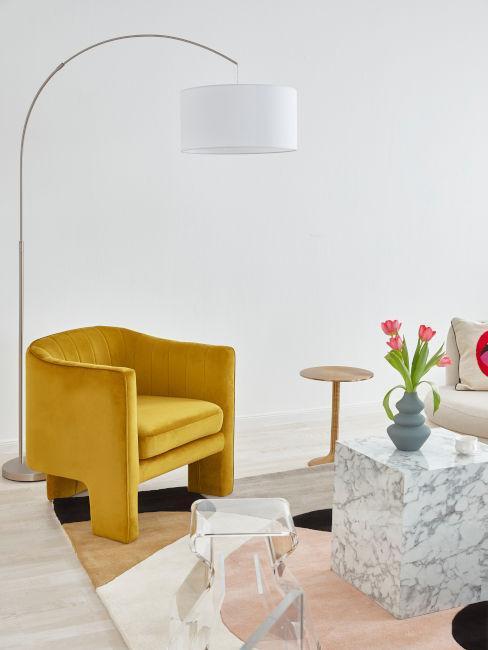 sillón amarillo mesa de mármol y flores