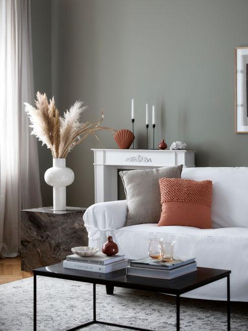 salón con pampa chimenea jarrones velas y cojines