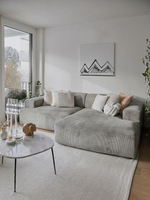 salón blanco con sofá gris mesa de mármol