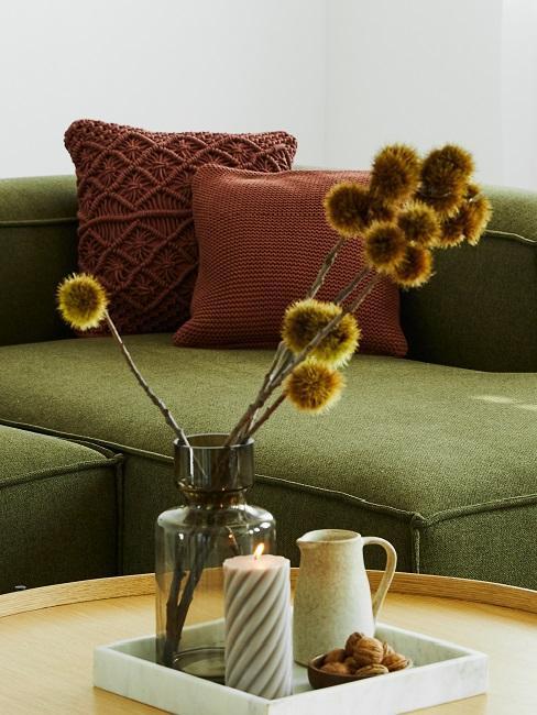 sofa verda y flores secas