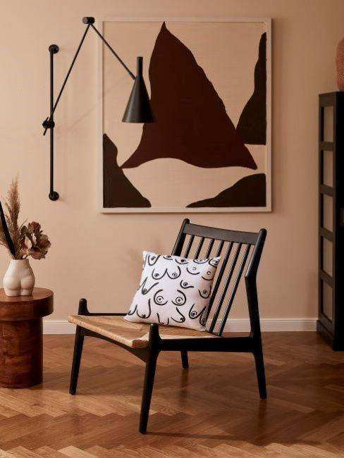 silla, lámpara cuadro jarrón con flores y cojin en marrones y negros