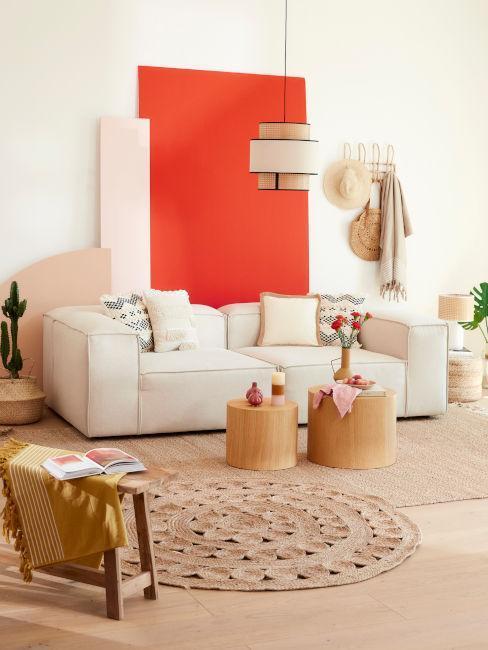 salón blanco con pared naranja