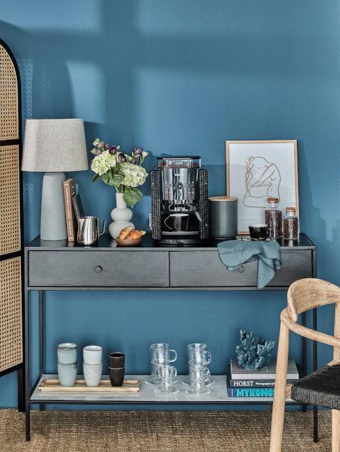 pared azul con aparador con accesorios de café