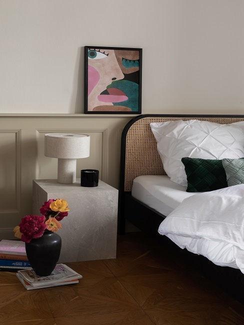 dormitorio con mimbre mármol cuadro y jarrón