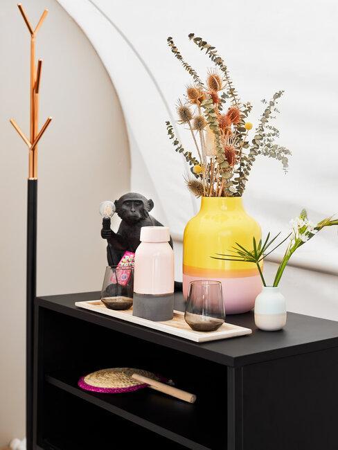 jarrón amarillo y flores secas