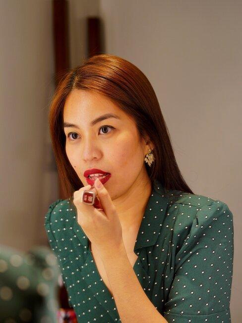 mujer se pinta los labios