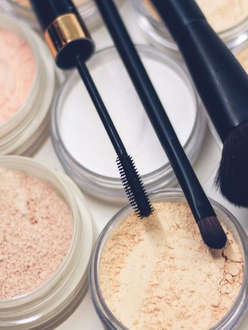 cosméticos en polvo y rimel