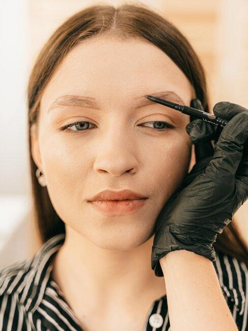 mujer arregla cejas