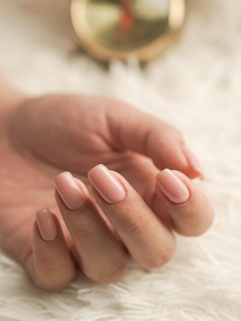 manos con manicura natural