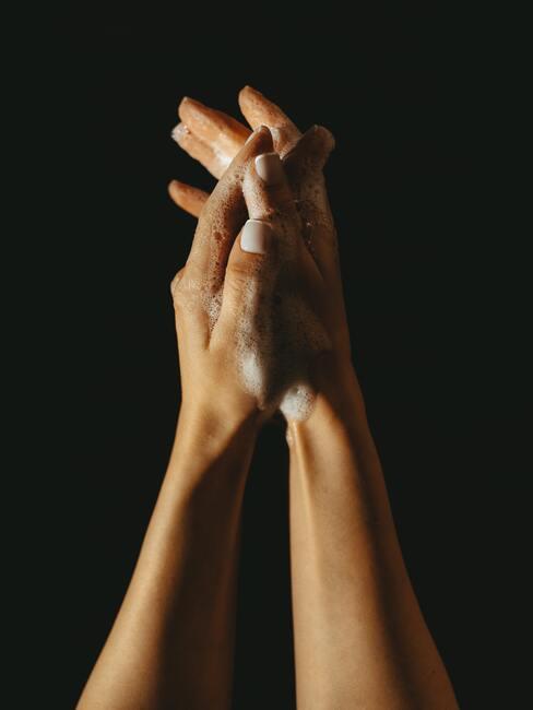 manos con jabón