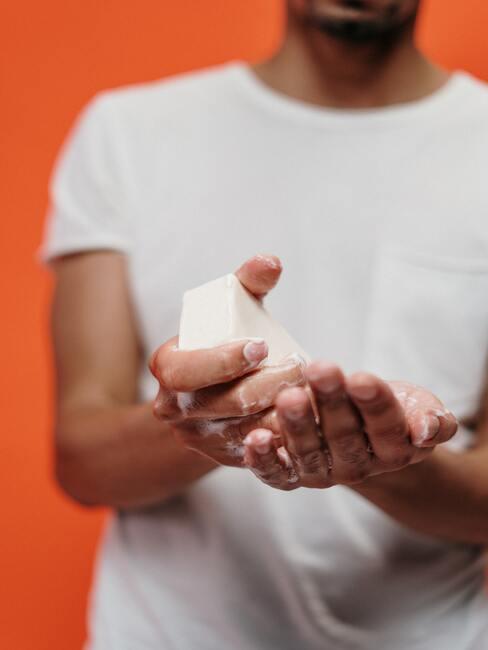 lavar las manos con jabón