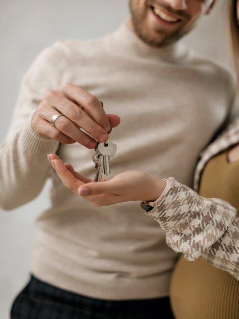 recibiendo llaves de casa