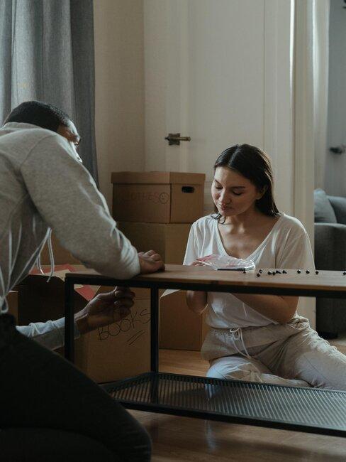 pareja monta una mesa