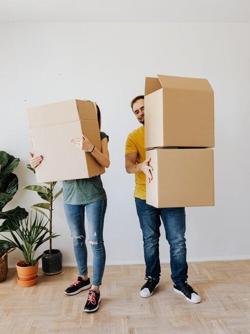 pareja con cajas