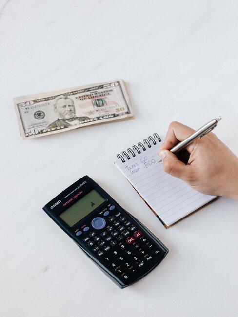 calculadora y dolares en mesa