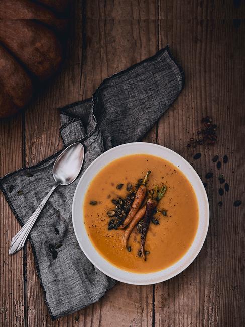 plato de sopa de calabaza y zanahoria